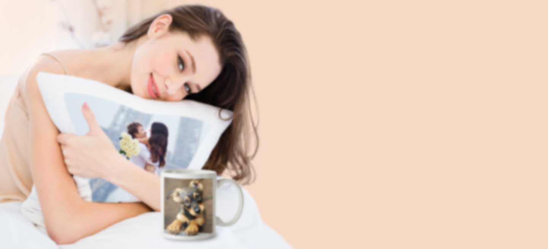 Frau hält ein Kissen mit eigenem Motiv