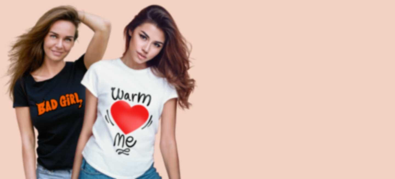 Zwei Frauen in bedruckten T-Shirts mit eigenen Motiven