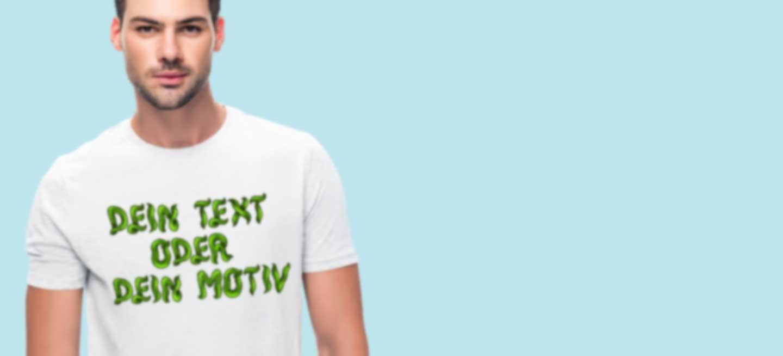 Junger Mann in weißem T-Shirt mit eigenem Motiv