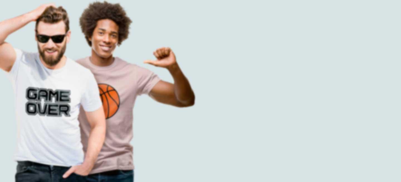 Zwei Männer in bedruckten T-Shirts mit eigenen Motiven