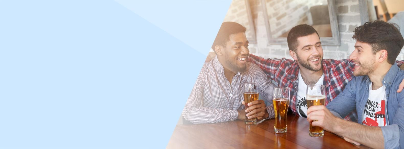 Junge Herren mit Bier feiern Junggesellenabschied